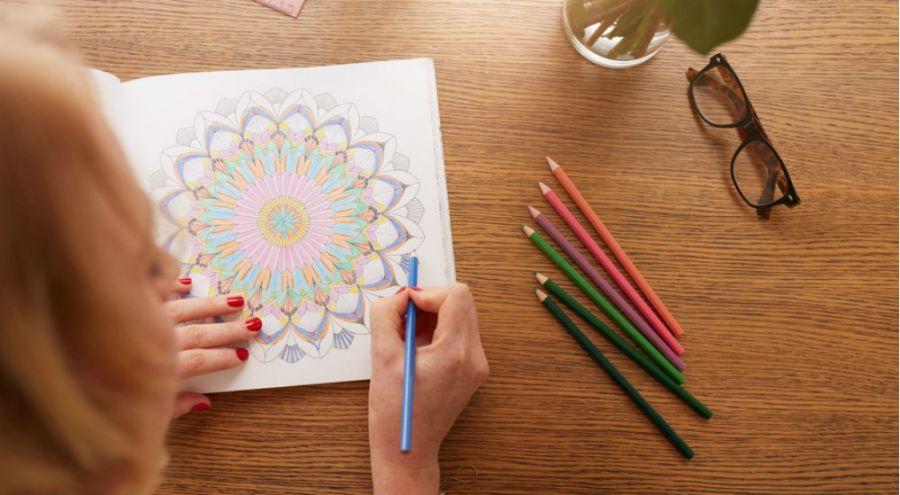 une femme fait du coloriage