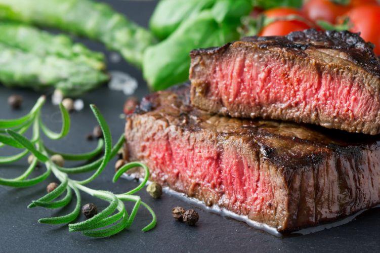 tranches de viande cuites sur ardoise