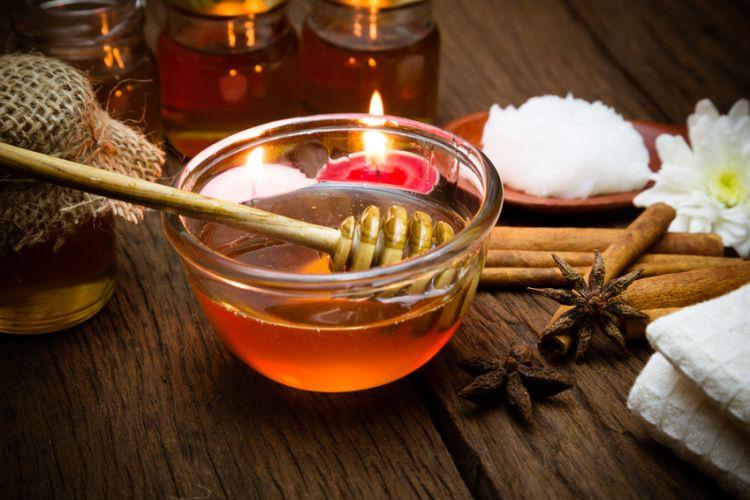 un pot de miel posé sur une table de spa