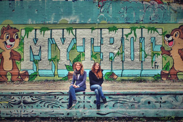 Les créatrices du site MyTroc.fr devant un mur de tag