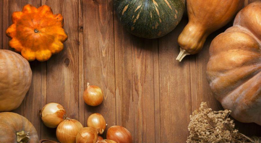 de l'oignon, de la courge, du potiron sur une table aux couleurs de l'automne