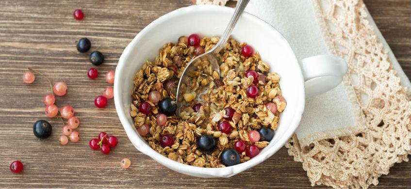 un  bol de muesli pour le petit-déjeuner