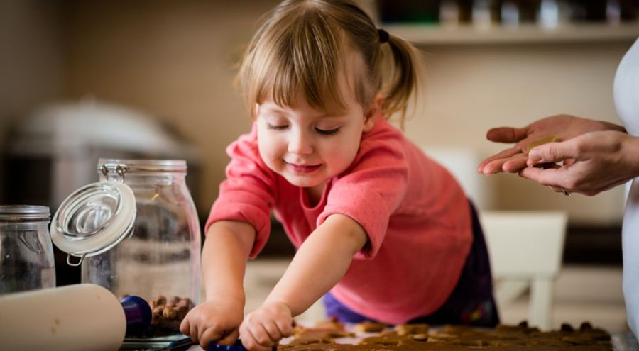 un enfant fait la cuisine et prépare son goûter