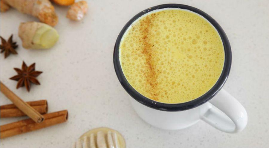 du lait d'or, boisson de lait végétal et curcuma