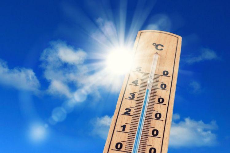 un thermomètre affiché devant un grand soleil