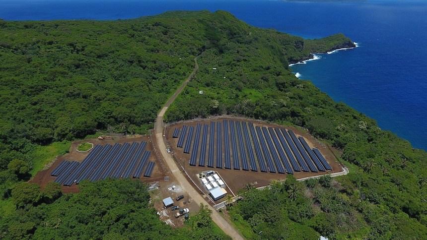 des panneaux photovoltaïques sur l'île de Ta'u