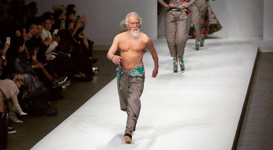 Wang Deshun en plein défilé de mode