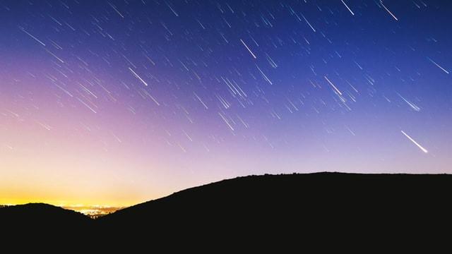 Une pluie d'étoiles filantes dans le ciel