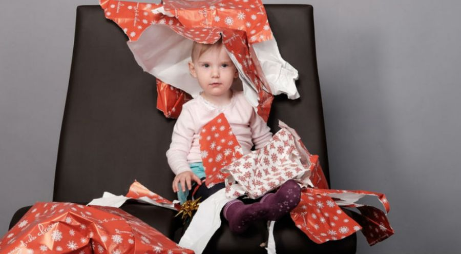 un enfant recouvert d'emballage cadeau