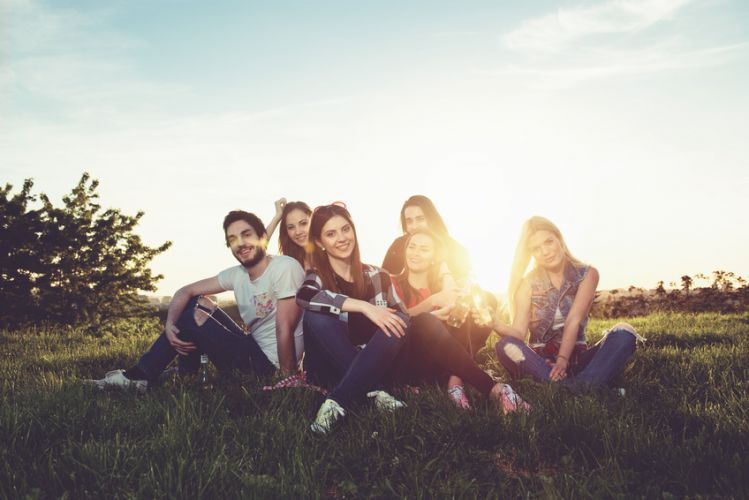 un groupe de jeunes assis sur l'herbe