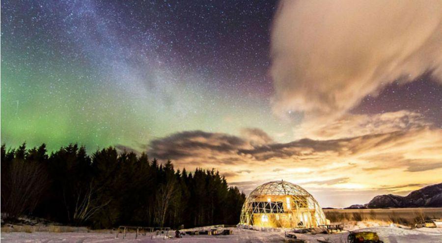 une maison en dôme géodésique en Arctique sous les aurores boréales