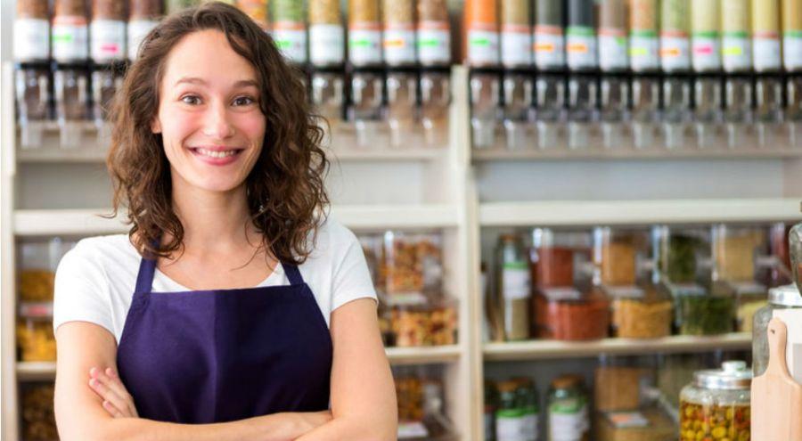 une femme dans une épicerie participative