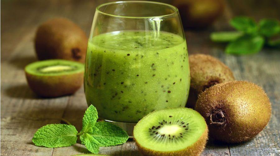 des kiwis et un smoothie au kiwi