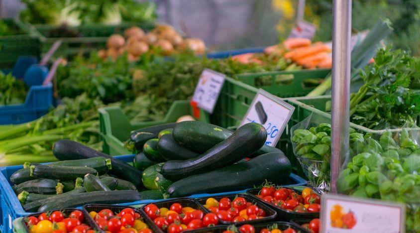 des fruits et légumes sur un marché