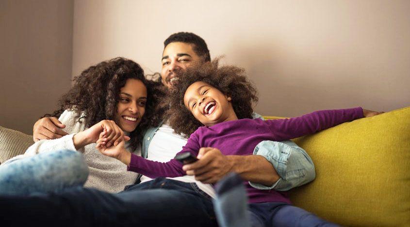 une famille se fait des câlins et sont heureux