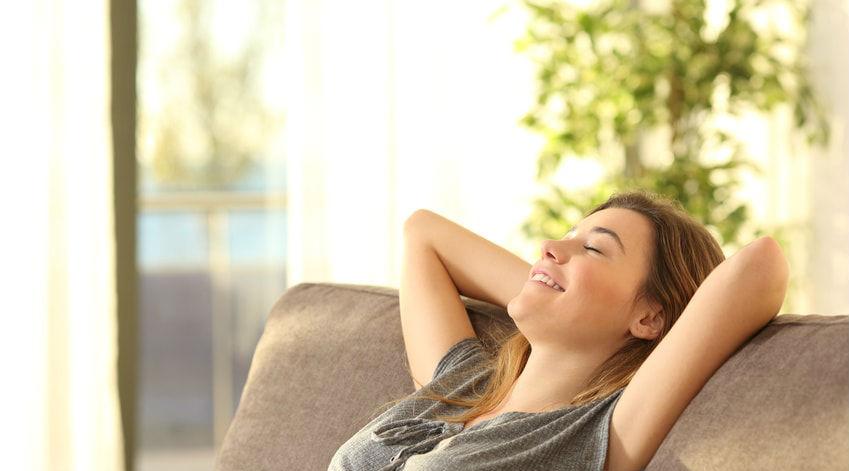 une femme se relaxe dans son canapé