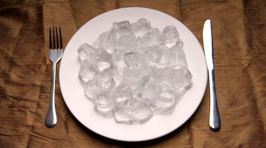 Assiette remplie de glaçons