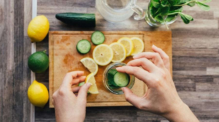 du citron et du concombre pour une eau détox