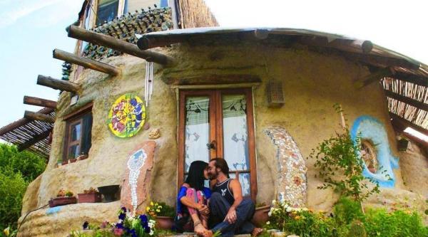 Pour échapper aux dettes, ce couple vit dans un éco-dôme