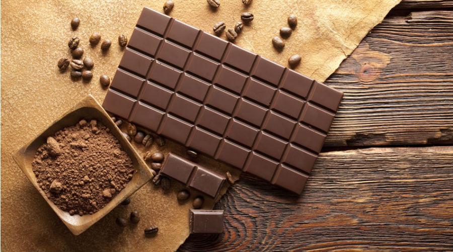 une tablette de chocolat et du cacao en poudre bon pour le cerveau