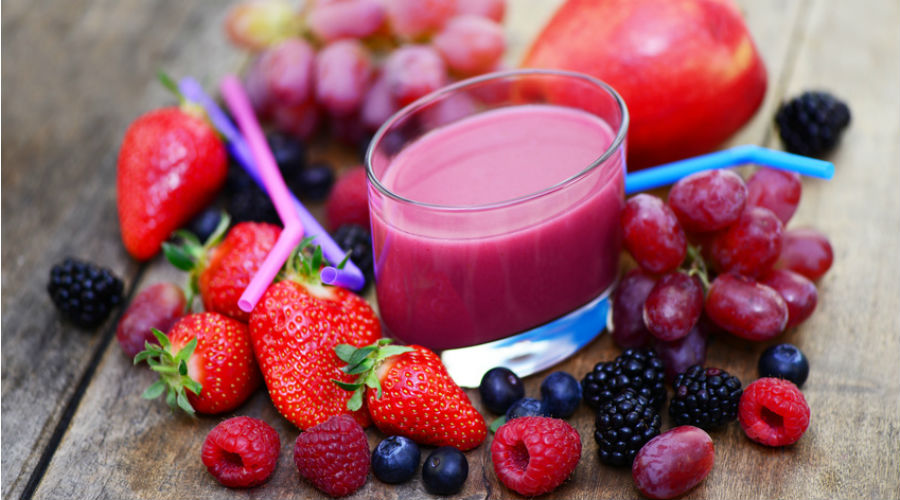 des fruits rouges autour d'un smoothie detox