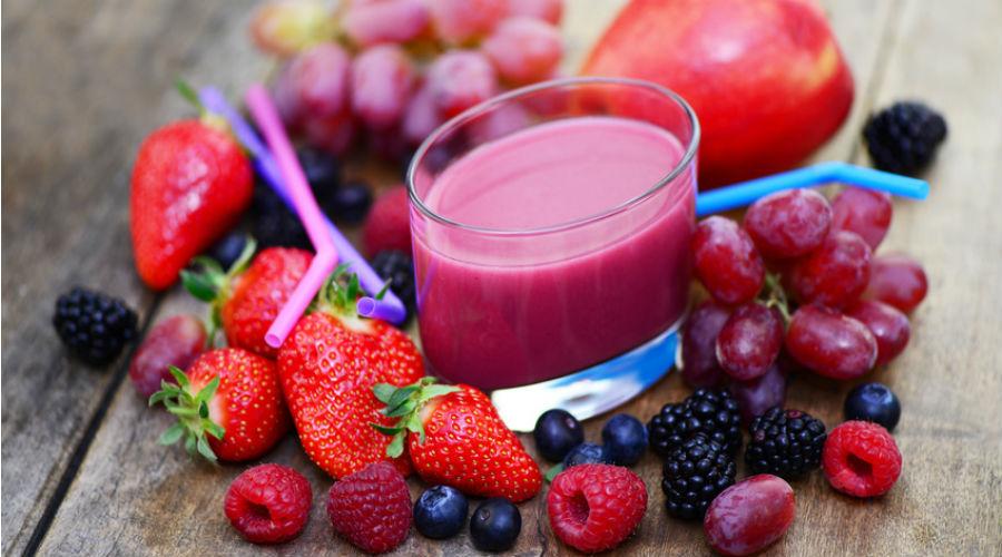 des fruits rouges autour d'un smoothie detox