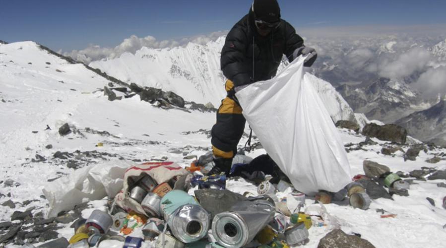 """""""La plus haute poubelle du monde"""" : 5 tonnes de déchets ramassés sur l'Everest"""
