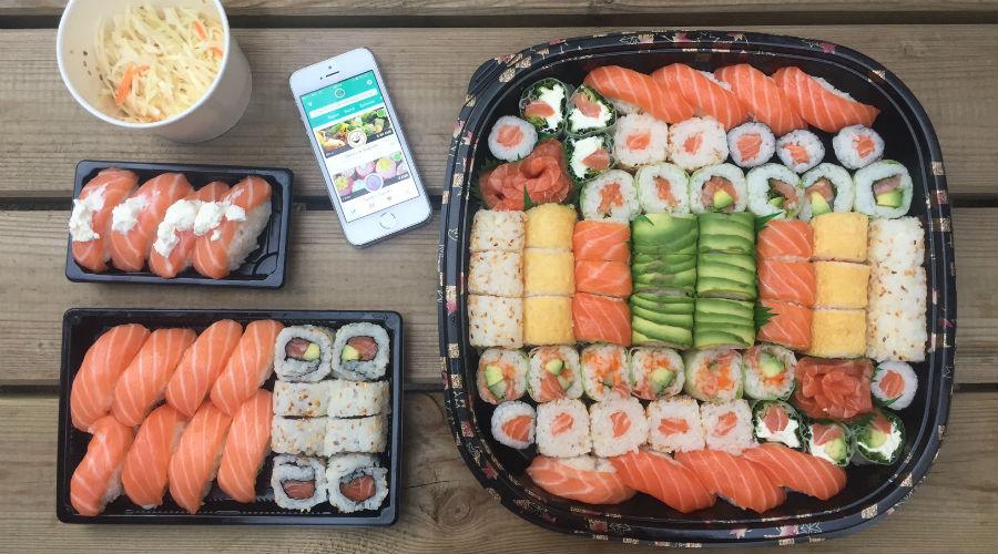 plateaux de sushi maki et téléphone