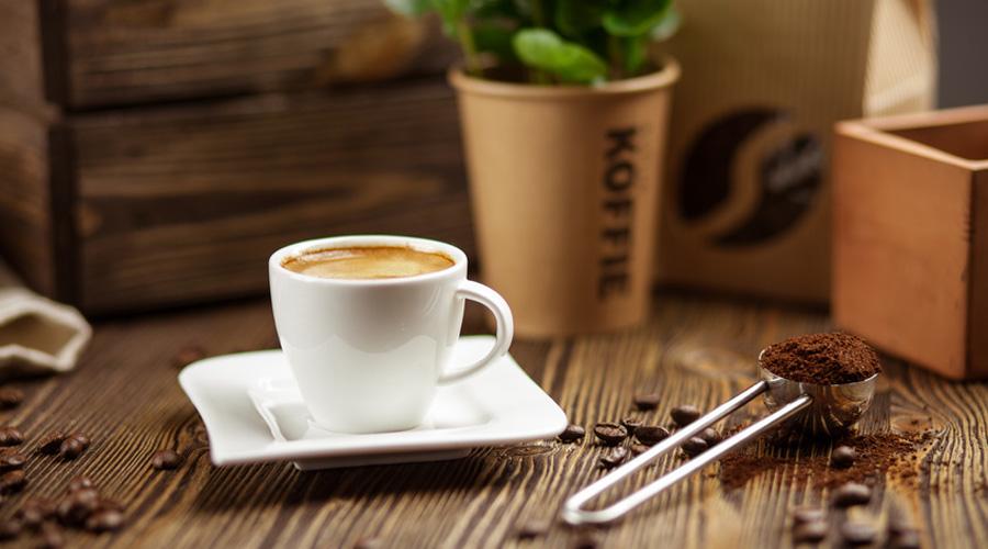 tasse de café posée sur une table en bois