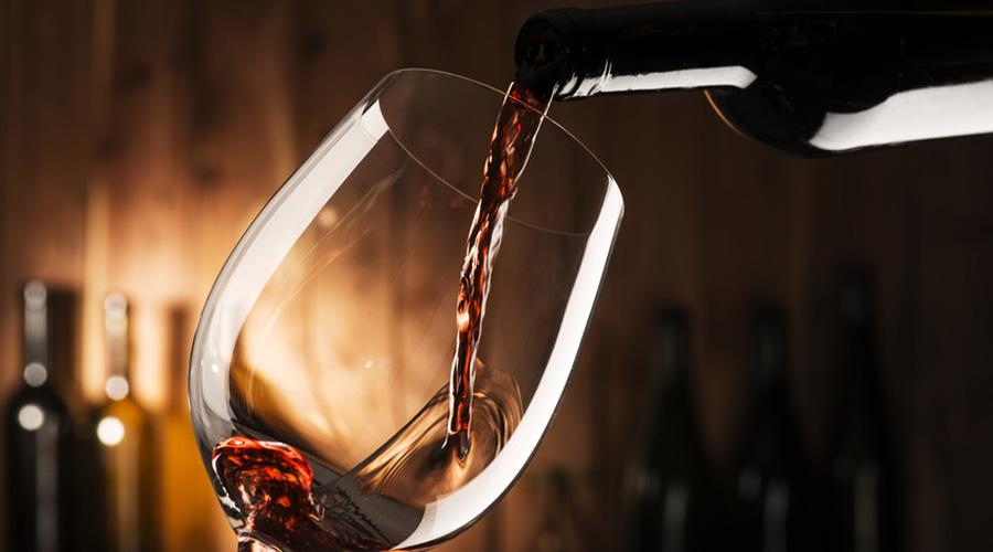 Verre de vin en train d'être rempli