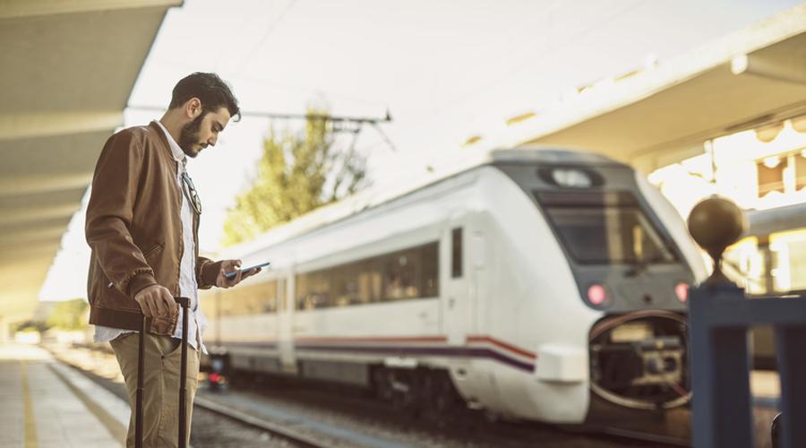 Grève transports : un homme attend à la gare