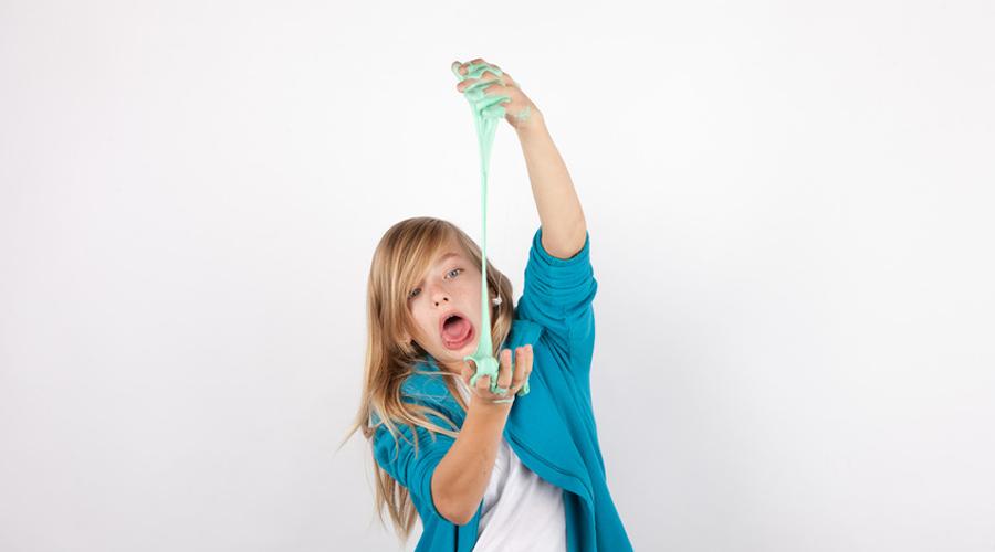 petite fille joue avec du slime