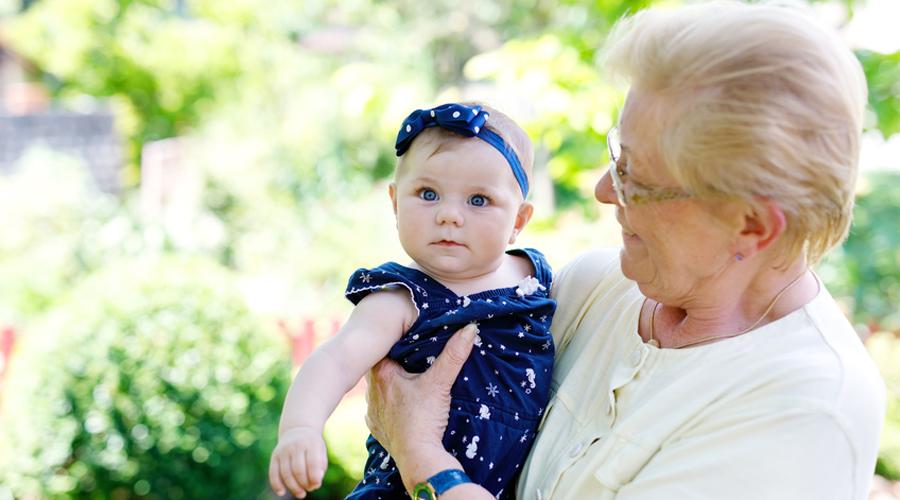 grand-mère avec un bébé