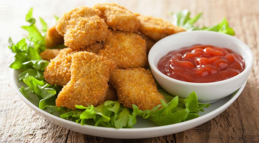 nuggets dans une assiette