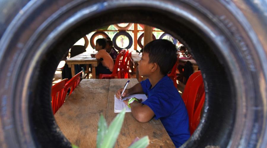 école contruite avec des déchets au Cambodge