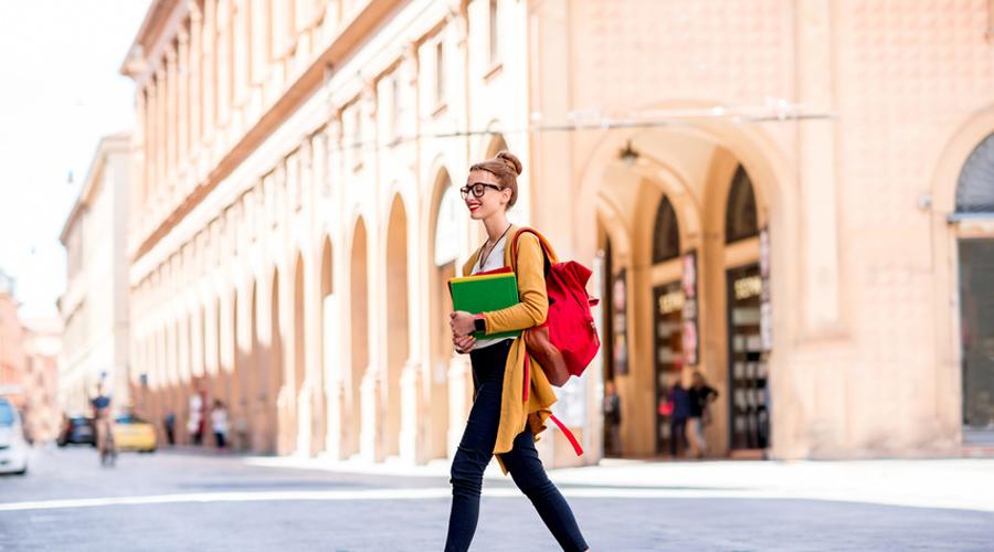 Femme marchant dans les rues de Bologne