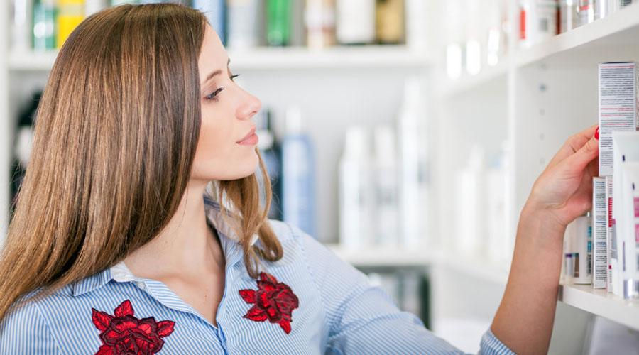 Femme et les produits de cosmétique