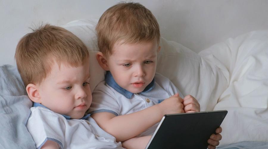 Enfants devant une tablette
