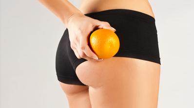 une femme se fait un massage anti-cellulite