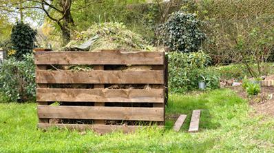 Tas de compost dans un jardin