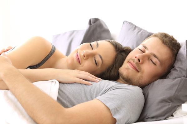 Sommeil à deux : la manière dont vous dormez en dit long sur votre ...